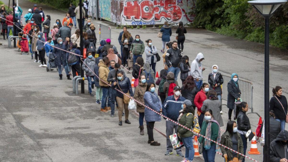 Γενεύη, Ελβετία - 2500 άνθρωποι περίμεναν τρεις ώρες στην ουρά (2 Μάη 2020) για μία τσάντα παντοπωλείου