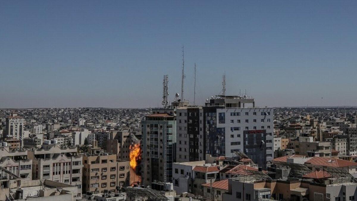 Βομβαρδισμός κτιρίου που στεγάζει ειδησεογραφικά πρακτορεία στη Λωρίδα της Γάζας από τον ισραηλινό στρατό