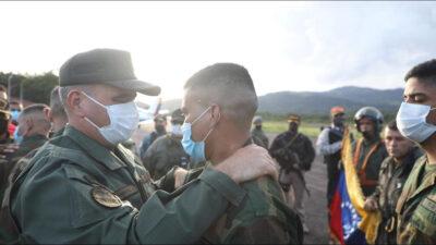 Ο Βλαντιμίρ Παντρίνο υποδέχεται τους οκτώ στρατιώτες της Βενεζουέλας που απήχθησαν από ένοπλη ομάδα στις 23 Απριλίου