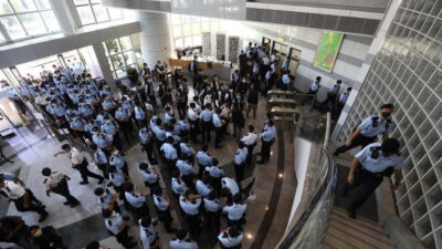 Από την εισβολή της αστυνομίας στην εφημερίδα Daily Apple στο Χονγκ Κονγκ