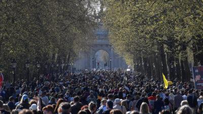 Στιγμιότυπο από διαδήλωση στο Λονδίνο για την παράταση της άρσης περιοριστικών μέτρων