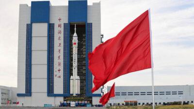Κίνα - Ο πύραυλος «Long March 2F» που μεταφέρει το διαστημόπλοιο «Shenzhou-12»