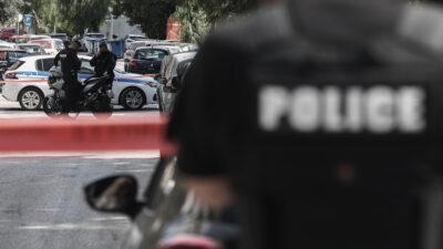 Πυροβολισμοί σε μπαλκόνια πολυκατοικίας στην οδό Κουμουνδούρου, πίσω από το μετρό του Αλίμου, τα ξημερώματα της Τρίτης 1 Ιουνίου 2021. Άγνωστος, σύμφωνα με τις μέχρι στιγμής πληροφορίες, πέρασε κάτω από την πολυκατοικία και πυροβόλησε τα μπαλκόνια των διαμερισμάτων του τρίτου και του τετάρτου ορόφου. (EUROKINISSI/ΒΑΣΙΛΗΣ ΡΕΜΠΑΠΗΣ)