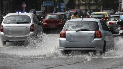 Αυτοκίνητα σε δρόμο της Αθήνας - Βροχή - Πλημμύρες - Κίνηση