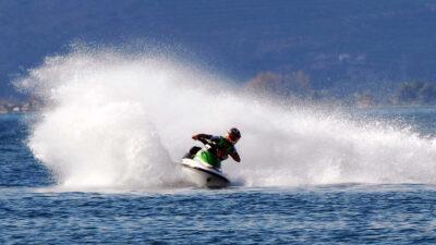 Εντυπωσιακοί ελιγμοί από αθλητή του Jet Ski σε επίδειξη στον Αργολικό Κόλπο