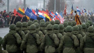 Στρατεύματα του ΝΑΤΟ παίρνουν μέρος σε στρατιωτική παρέλαση στη Λιθουανία
