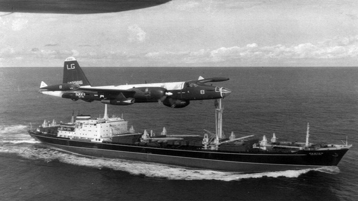 Αμερικανικό αεροσκάφος παρακολουθεί σοβιετικό πλοίο που κατευθύνεται στην Κούβα2