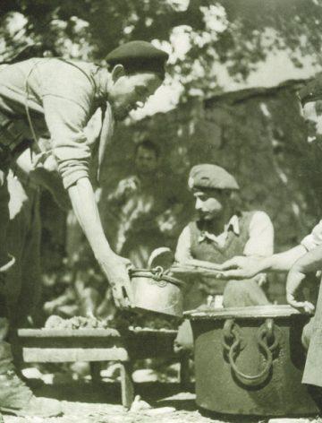 Περτούλι, Τρικάλων. Σισίτιο της Σχολής Εφέδρων Αξιωματικών του Ελληνικού Λαϊκού Απελευθερωτικού Στρατού (ΕΛΑΣ) 1943 / Πηγή: Αρχοντικό Χατζηγάκη