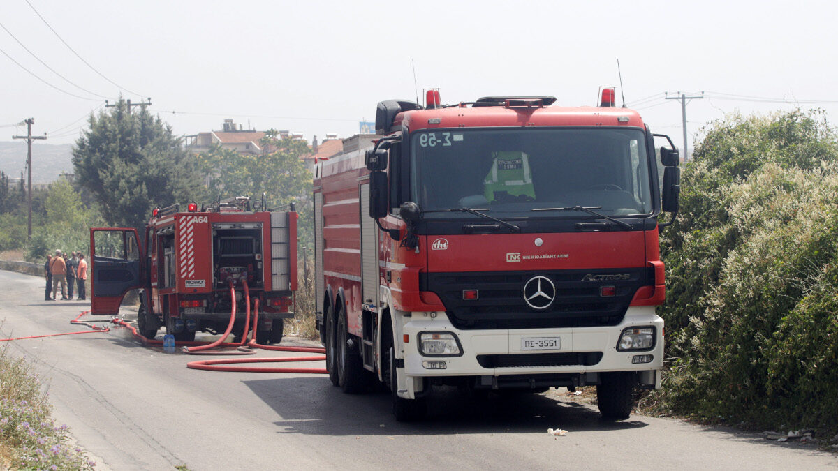 Πυροσβεστική - Πυρκαγιά σε χόρτα και λάστιχα πίσω από το αμαξοστάσιο του ΟΑΣΘ στην Ανατολική Θεσσαλονίκη - Ιούνιος 2021