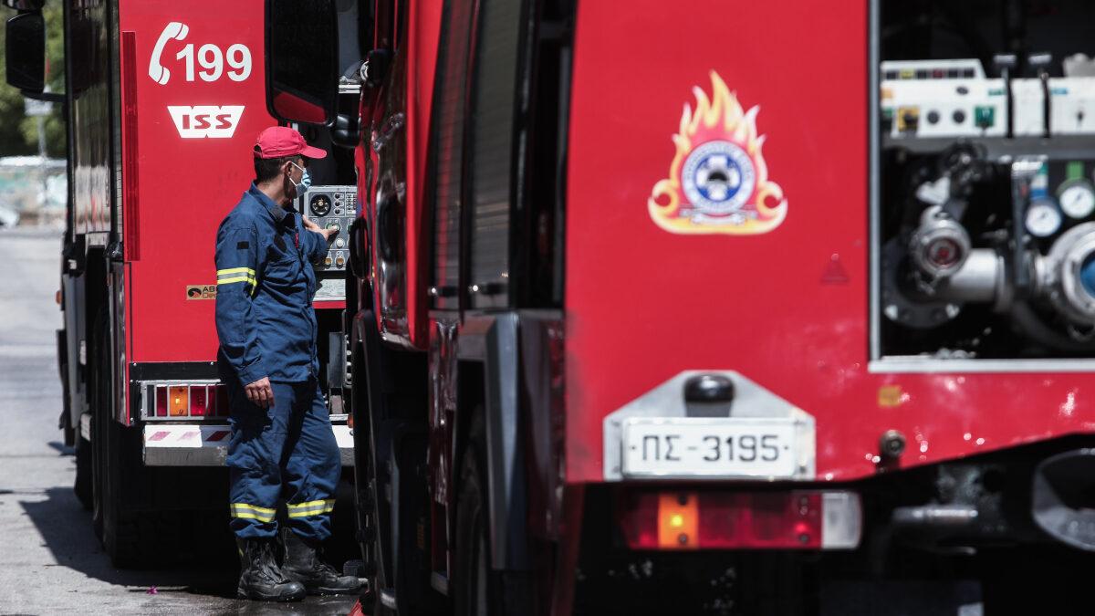 Πυροσβέστης - Πυροσβεστική - Πυρκαγιά σε διαμέρισμα στην Καλλιθέα, την Παρασκευή 28 Μαΐου 2021