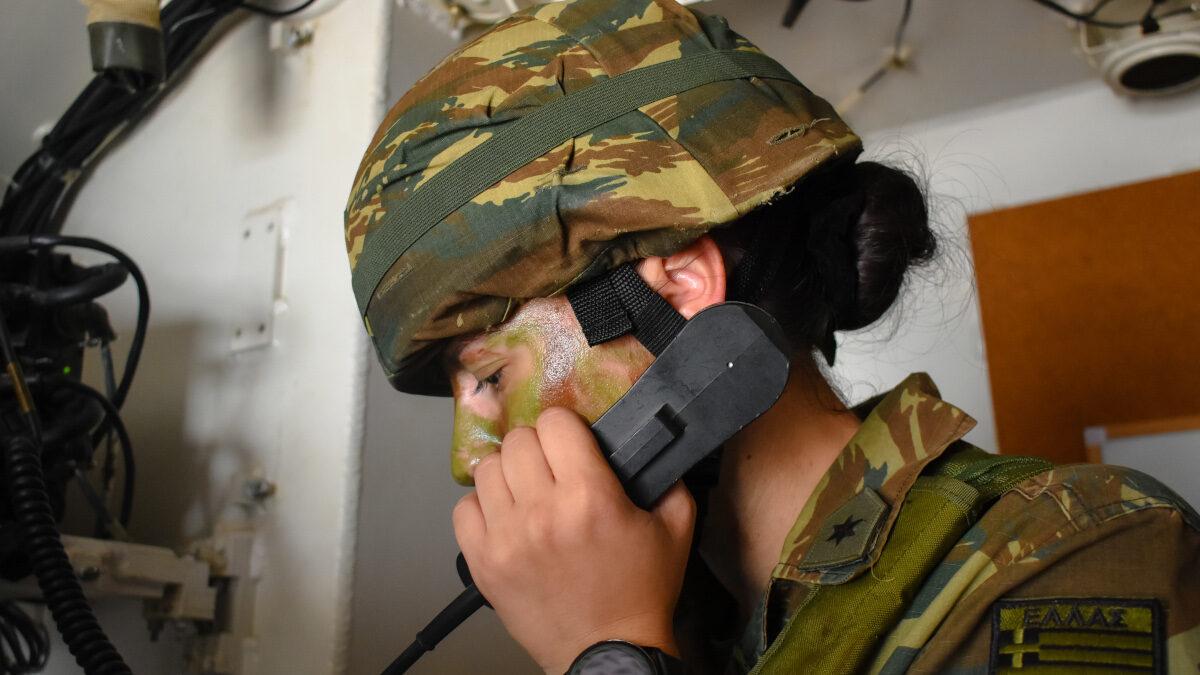Γυναίκα Ανθυπολοχαγός σε Άσκηση Πυροβολικού 2021