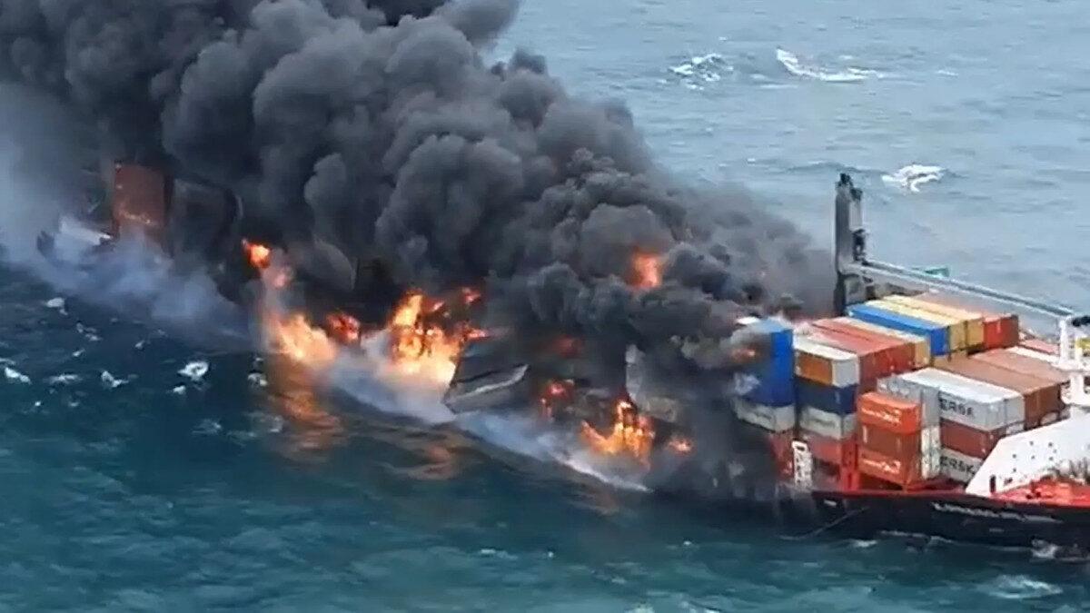 Σρι Λάνκα: Κινδυνεύει να βυθιστεί το MV X-Press Pearl που καίγεται στα ανοιχτά του Κολόμπο