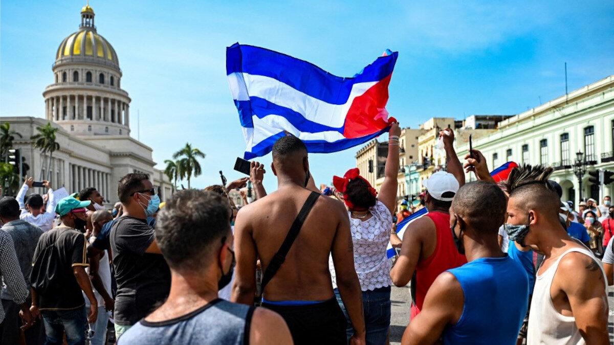 Στιγμιότυπο από τις αντεπαναστατικές, συκοφαντικές διαδηλώσεις στην Κούβα