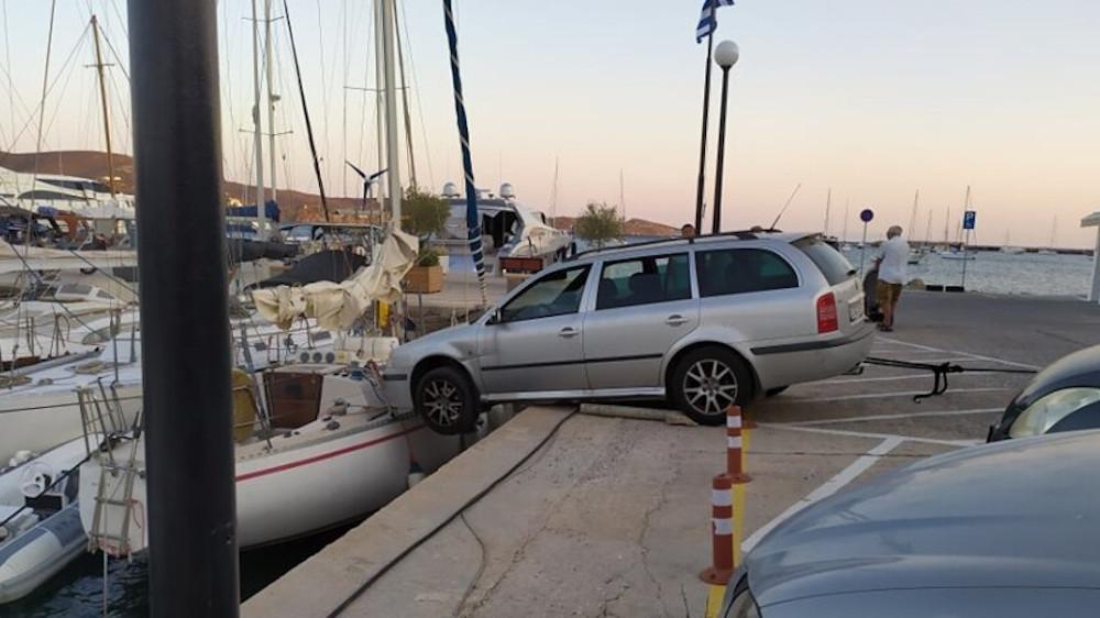 Σύρος: Αυτοκίνητο «τράκαρε» με ιστιοπλοϊκό στη μαρίνα του Φοίνικα