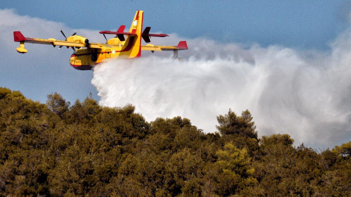 Ρίψη νερού Ρίψη νερού από CanadairCanader