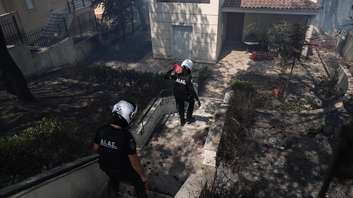 Αστυνομικοί στην προσπάθεια κατάσβεσης της πυρκαγιάς στην Σταμάτα Αττικής, Τρίτη 27 Ιουλίου 2021.