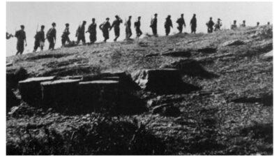 Τμήμα του Ελληνικού Λαϊκού Απελευθερωτικού Στρατού (ΕΛΑΣ) σε πορεία