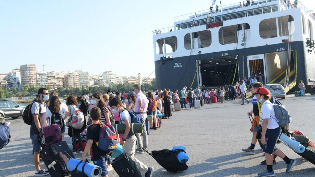 Από την αναχώρηση των κατασκηνωτών από το λιμάνι του Πειραιά την Τετάρτη