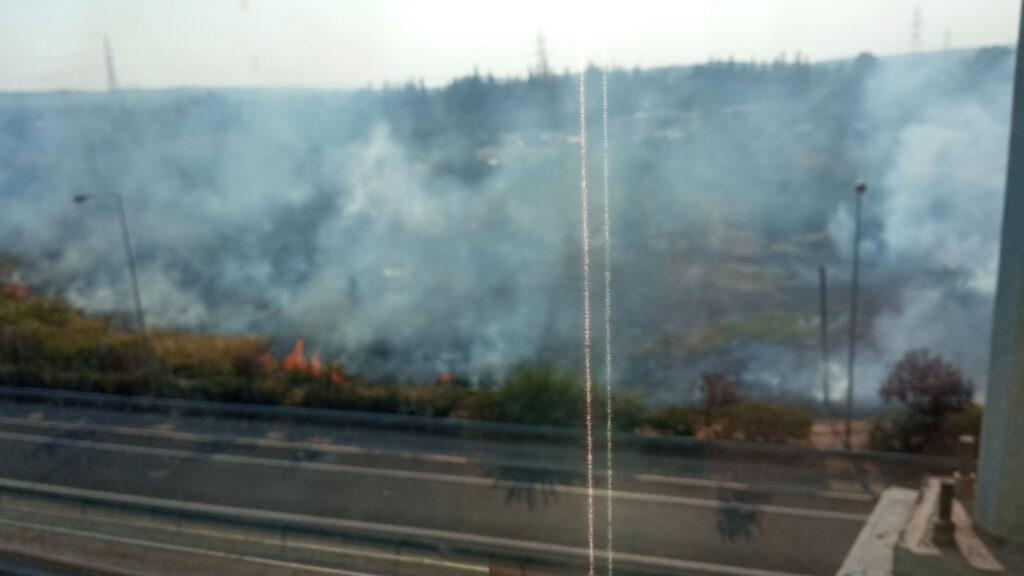 Πυρκαγιά κοντά στο σταθμό του προαστιακού στην Κάντζα Παλλήνης