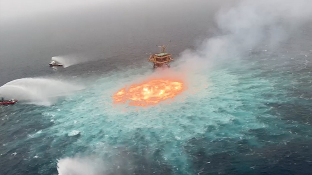 Πυρκαγιά στην επιφάνεια του ωκεανού, δυτικά της χερσονήσου Γιουκατάν του Μεξικού