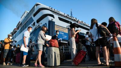 Ταξιδιώτες στο λιμάνι του Πειραιά