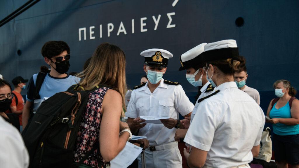 Έλεγχοι του λιμενικού στο λιμάνι του Πειραιά