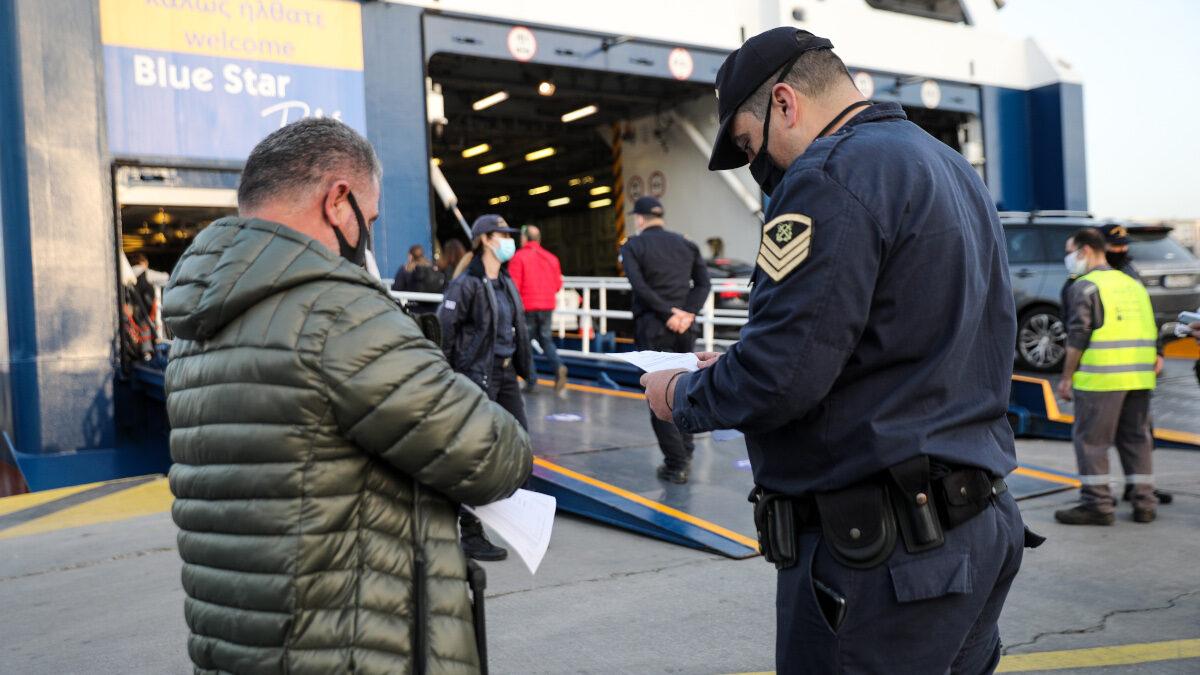 Έλεγχοι από στελέχη του Λιμενικού Σώματος των υγειονομικών πιστοποιητικών των επιβατών στα λιμάνια όλης της χώρας