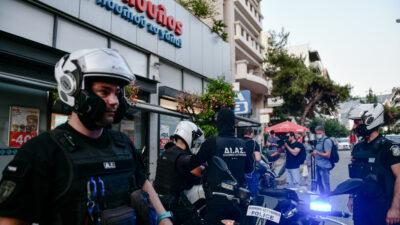 Ληστεία σημειώθηκε σε σούπερ μάρκετ στην οδό Εθνικής Αντιστάσεως στην Καισαριανή. Δύο δράστες μπήκαν στο σούπερ μάρκετ για να το ληστέψουν και στην προσπάθειά τους να διαφύγουν τραυματίστηκε πολίτης στο πόδι από τα πυρά των δραστών. Τρίτη 6 Ιουλίου 2021