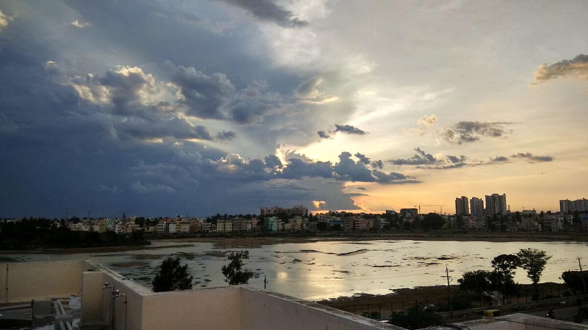Σύννεφα Μουσώνων πάνω από την λίμνη Σαρακκάυ στην Ινδία