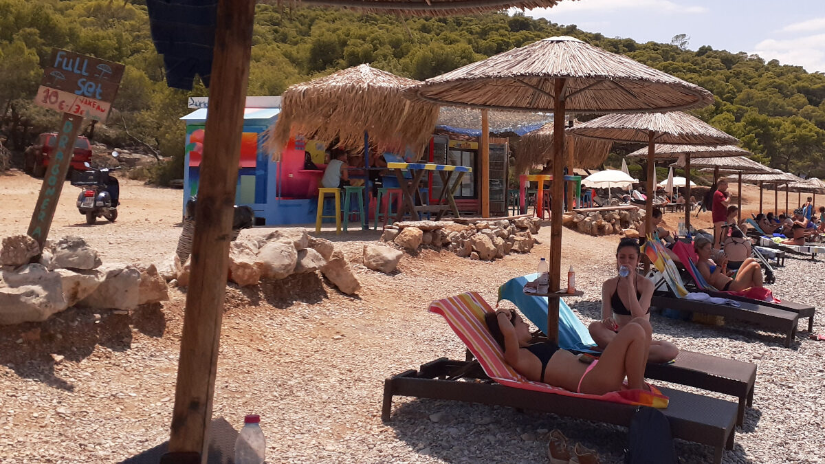 Ηλιοθεραπεία - ομπρέλες - ξαπλώστρες - παραλία - Beach Bar στο Αγκίστρι - Ιούλιος 2021