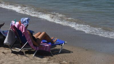Καλοκαίρι - Μπάνιο - Ηλιοθεραπεία στην παραλία Καραθώνας, Αργολίδας