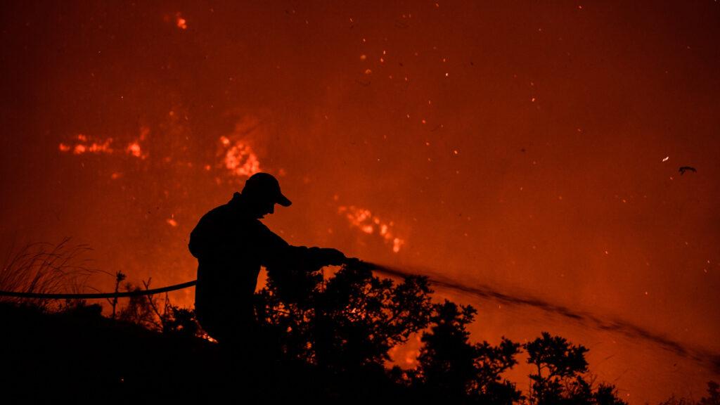 Πυροσβέστης - Πυρκαγιά στην περιοχή Κορυφή του δήμου Πύργου, στην Ηλεία