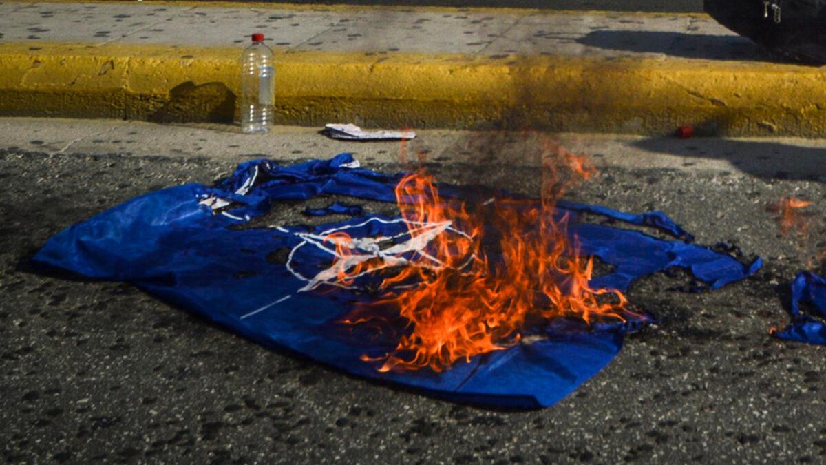 Σημαία του ΝΑΤΟ καίνε οι διαδηλωτές στην Αθήνα