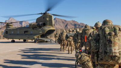 Στρατιώτες των ΗΠΑ επιβιβάζονται σε Σινούκ για να αποχωρήσουν από το Αφγανιστάν μετά από 20 χρόνια κατοχής - Γενάρης 2019