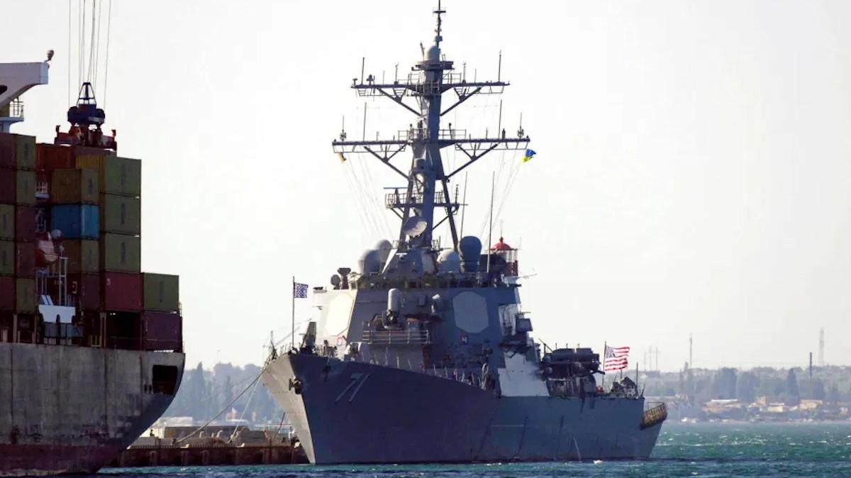 Το Αντιτορπιλικό κατευθυνόμενων πυραύλων (DDG 71) USS Ross δεμένο στο λιμάνι της Οδησσού στην Ουκρανία