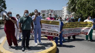 Διαμαρτυρία εργαζομένων του ΠΑΓΝΗ κατά την επίσκεψη του Κ. Μητσοτάκη