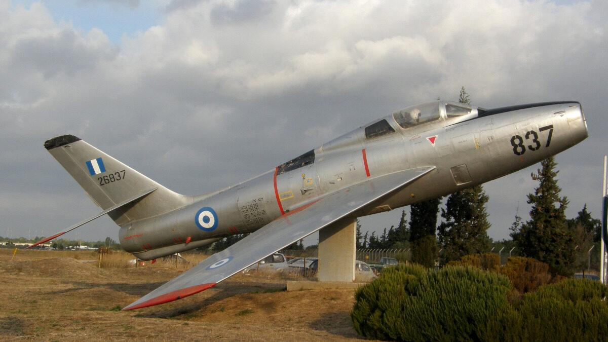 Διατηρημένο αεροσκάφος τύπου Republic F-84F Thunderstreak της Ελληνικής Πολεμικής Αεροπορίας στην κύρια πύλη της Αεροπορικής Βάσης Δεκέλειας