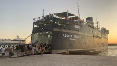 """Το """"Aqua Star"""" στο λιμάνι του Πειραιά"""