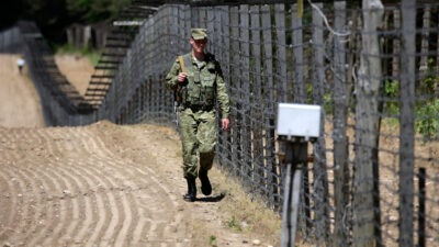Λευκορώσος συνοριοφύλακας στα σύνορα Λευκορωσίας με Λιθουανία