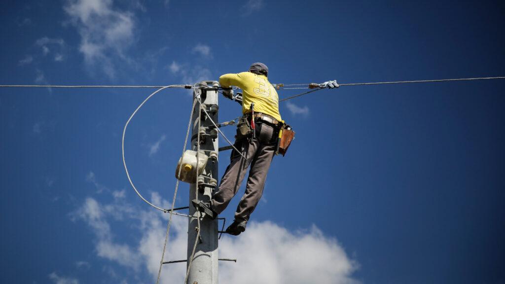 Εναερίτης εργάτης σε επισκευή του δικτύου ηλεκτροδότησης