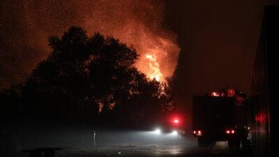 Συνεχίζεται και τη νύχτα η πυρκαγιά στην Βαρυμπόμπη