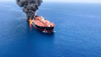 Το τάνκερ στο οποίο έγινε έκρηξη στον κόλπο του Ομάν στην είσοδο του Περσικού