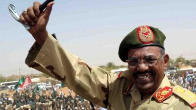 Ο Ομάρ Αλ Μπασίρ, πρώην Πρόεδρος του Σουδάν, που κατηγορείται για γενοκτονία αμάχων στο Νταρφούρ το 2009