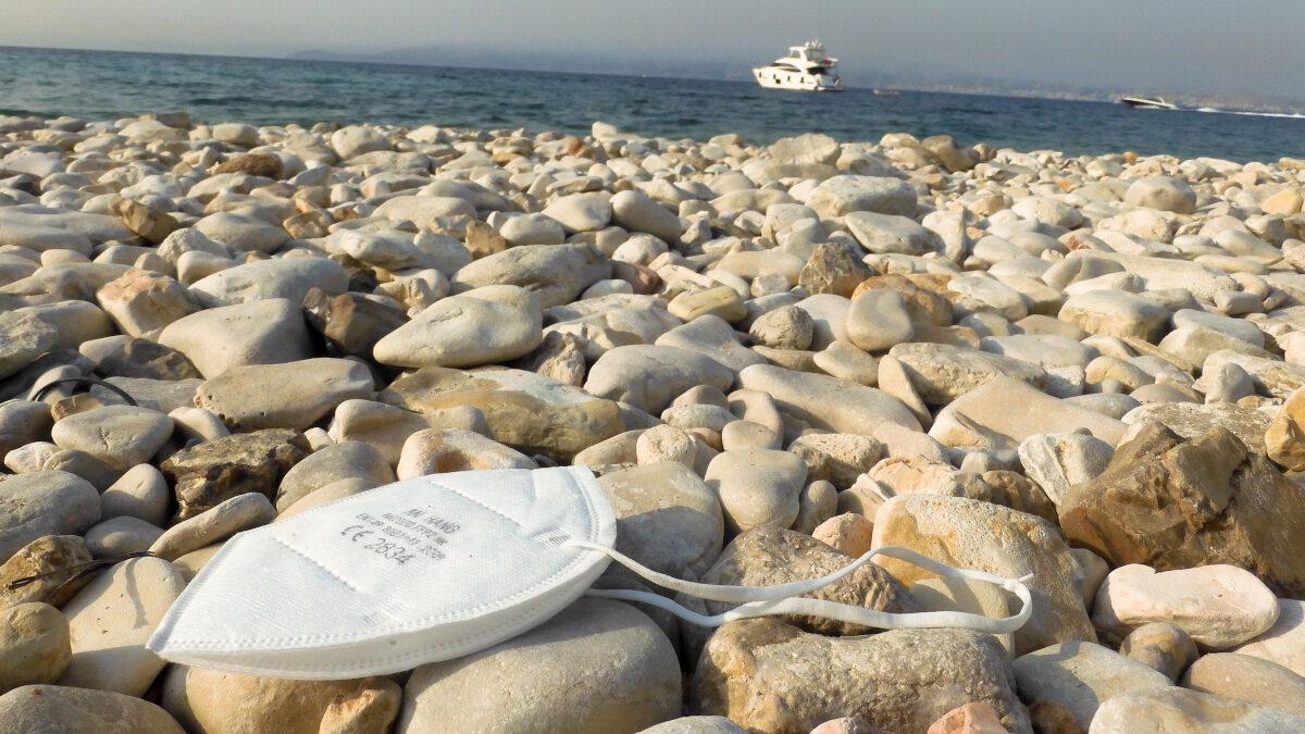 Παραλία - Μάσκα - βότσαλα - θάλασσα