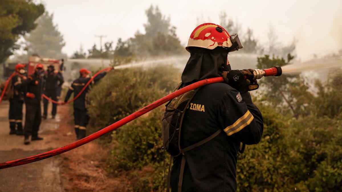 Μάχη με τις αναζωπυρώσεις δίνουν οι πυροσβεστικές δυνάμεις και οι κάτοικοι στη βόρεια Εύβοια, μετά από τις προσπάθειες για τον περιορισμό των μετώπων στη βορειοανατολική πλευρά του νησιού. Μαζί ενεργούν και Σέρβοι πυροσβέστες. Δευτέρα 9 Αυγούστου 2021.