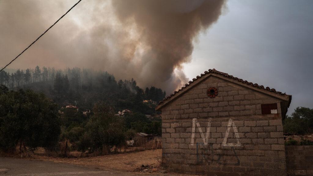 Πυρκαγιά στην Βόρεια Εύβοια, Κυριακή 8 Αυγούστου 2021. Στιγμιότυπο από το χωριό Γούβες.