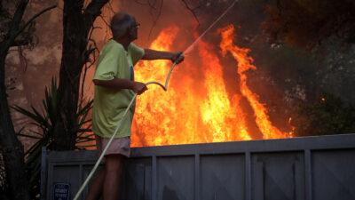 Πυρκαγιά Βαρυμπόμπη, το μέτωπο της φωτιάς έχει φτάσει στα σπίτια στην περιοχή Αδάμες, Τρίτη 3 Αυγούστου 2021
