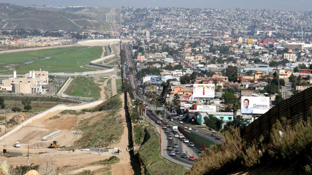 Ο Φράκτης στα σύνορα ΗΠΑ Μεξικό. Στα δεξιά η πόλη Τιχουάνα του Μεξικό. Στα αριστερά η περιοχή ευθύνης της φρουράς του Σαν Ντιέγκο