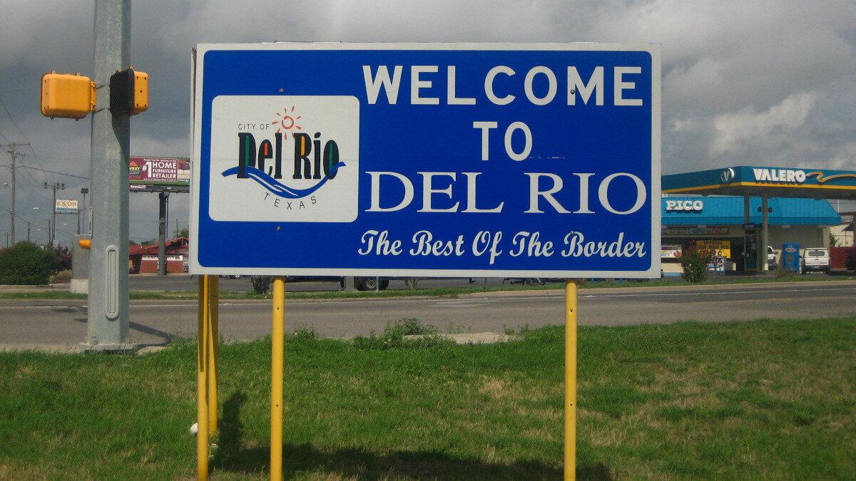 Ταμπέλα που καλοσορίζει του επισκέπτες στην πόλη Ντελ Ρίο της Πολιτείας του Τέξας στα σύνορα ΗΠΑ - Μεξικό