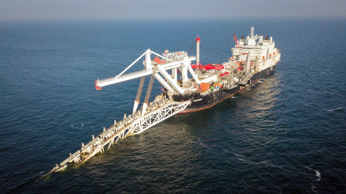 Ειδικό γερανοφόρο πλοίο ποντίζει τμήμα του αγωγού Nord Stream 2 στη Βαλτική Θάλασσα